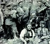 Guerrilheiros que resistiram e sobreviveram às tropas nazistas nos bosques poloneses, por volta de 1942-43