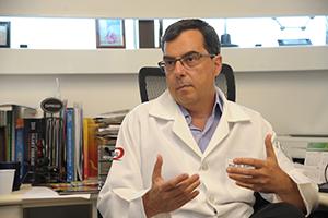 Resistência à droga e ignorância são as principais causas de morte por Aids no Brasil, segundo Edecio Neto