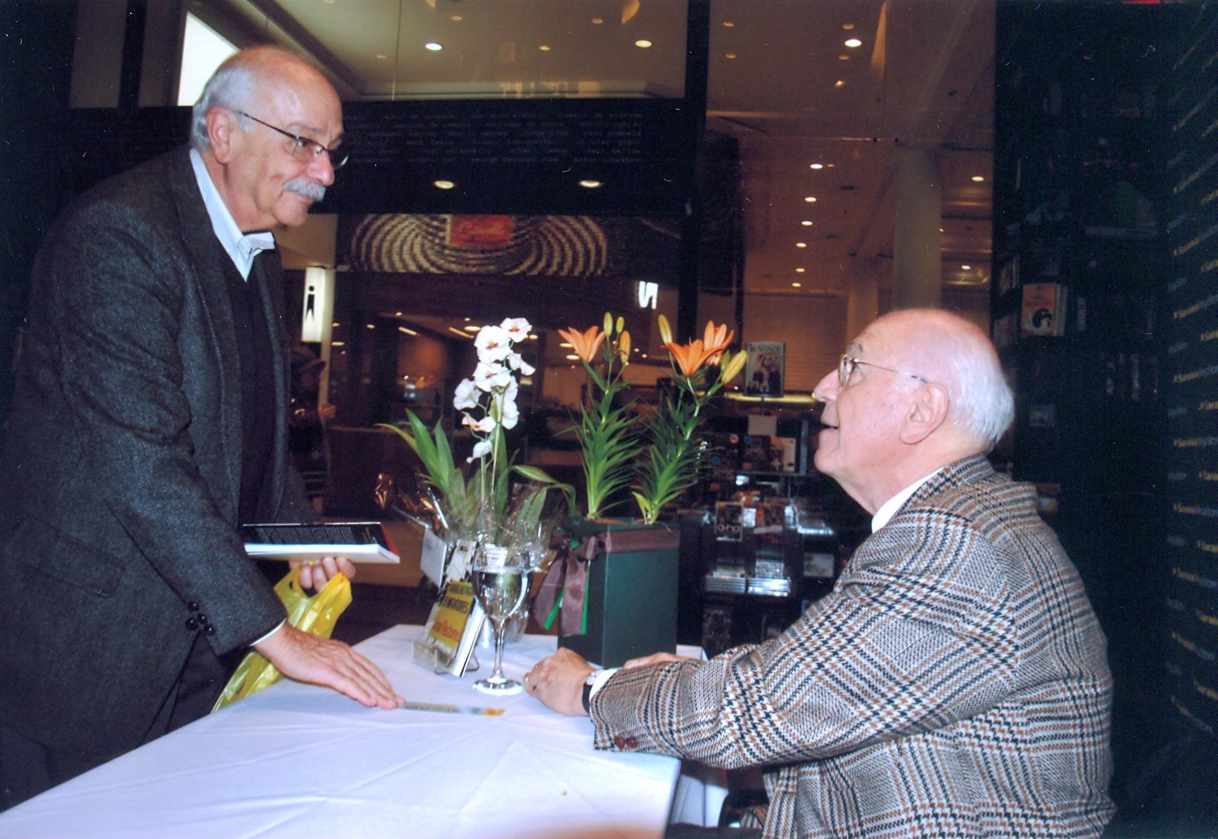 O professor cumprimenta o colega Hélio Zylberstajn no lançamento de seu livro Trabalho para Ex-Infratores