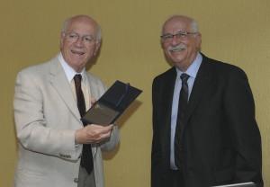 Acima, Pastore junto do professor Hélio Zylberstajn. Abaixo, discursando em homenagem promovida pela FEA