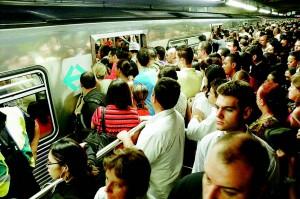 De acordo com especialistas, a lotação do transporte coletivo favorecealguns atos violentos e é ela própria um desrespeito aos cidadãos