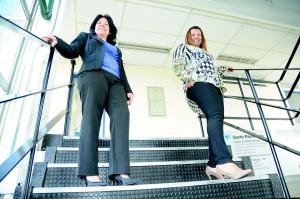 As funcionárias Adevanir Tiago e Sandra Rodrigues usam salto alto no trabalho e em eventos sociais