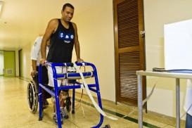 Paciente com paraplegia durante treinamento da marchautilizando a tecnologia de Estimulação Elétrica Neuromuscular