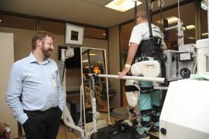 Paciente é auxiliado por aparelho robótico na realização da marcha bípede