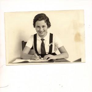 Maria Hermínia em foto de sua quarta série, quando estudava no Colégio Dante Alighieri