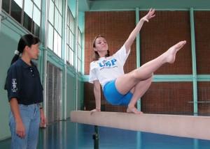 Prática de ginástica olímpica na EEFE, atualmente. A escola foi a primeira instituição civil de educação física a aceitar mulheres. Foto: Cecília Bastos