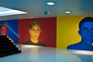 As obras valorizam as expressões e a tez do rosto de pessoas invisíveis aos olhos da sociedade