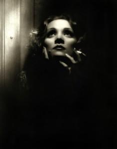 Símbolo de beleza, Marlene tornou-se um mito do cinema mundial e seu trabalho é respeitado e lembrado até hoje. Na imagem, a atriz em cena de O Expresso de Xangai