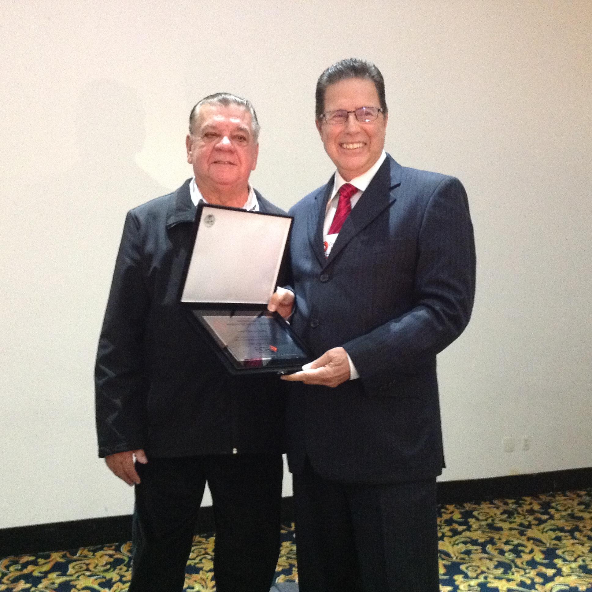O professor recebe o Prêmio Facta 2014, entregue pelo diretor-executivo do Sindicato Nacional da Indústria de Produtos para Saúde Animal (Sindan), Milson Pereira