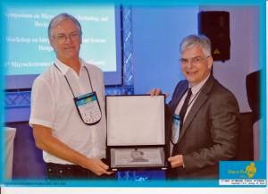 O professor recebe o Prêmio Landell de Moura, entregue pelo presidente da Sociedade Brasileira de Microeletrônica, Eric Fabris