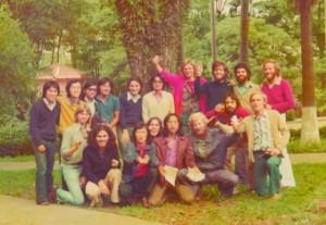 Noije (o primeiro na 1ª fila, da esquerda para a direita) na comemoração de graduação da turma de 1975 da Poli