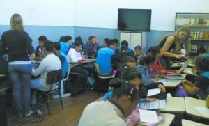 Pé de Meia realiza ação em escola pública. O projeto é desenvolvido pela FEA-RP em parceria com a entidade estudantil Clube de Mercado Financeiro
