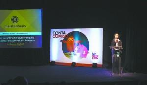 Conta Comigo é o programa de educação financeira da SP-PREVCOM. Na imagem, a coordenadora Ana Carolina de Lima Vieira introduz palestra com o escritor Gustavo Cerbasi