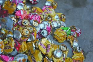 Montanha de latas de alumínio já amassadas para reciclagem