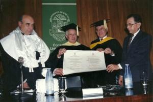 O professor recebendo o título de doutor honoris causa pelo Instituto de Tecnologia de Israel, em 1991