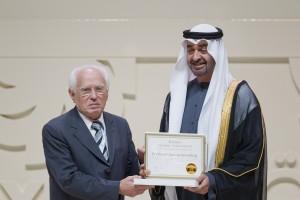 Goldemberg recebe o Prêmio Zayed de Energia do Futuro na categoria Life achievement do príncipe de Abu Dhabi, em 2013