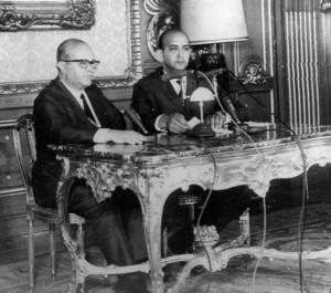 Ex-reitor Gama e Silva (à esquerda) ao anunciar o AI-5 ao lado do locutor da Voz do Brasil