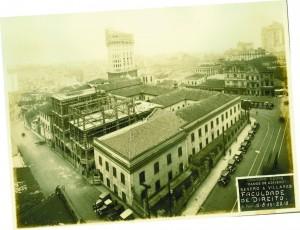 Faculdade de Direito do Largo São Francisco durante sua construção<br /><br /><br /><br /><br /><br /><br /><br /> em 1933 (à esquerda) e a Faculdade atualmente