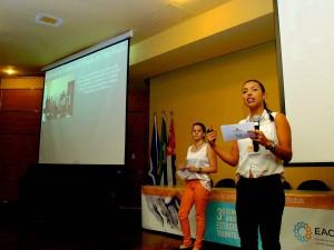 As alunas Mayara Cebrian e Isabel Landim em apresentação dos resultados do estágio, no 3 º Seminário Anual dos Estágios da Gerontologia, na EACH
