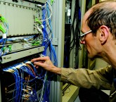 O engenheiro Jorge Marcos de Almeida conferindo as conexões no CeTI-SP (Centro de Tecnologia da Informação de São Paulo)