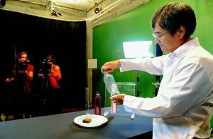 Professor Claudio Furukawa gravando vídeo-aula