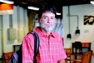 Atualmente, na sociedade em que vivemos, as cobranças do trabalho são levadas para casa, afirma o professor Leonardo Gomes Mello e Silva