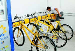 Em 2012, o projeto piloto Pedalusp permitia o empréstimo de bicicletasno campus por meio do Cartão USP. Segundo a Prefeitura, ele está sendoutilizado como base de dados para implantação de um novo sistema