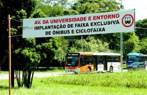 Avisos sobre a nova faixa exclusiva de ônibus já estão espalhadas pelo campus.O projeto deve ficar pronto antes do início do ano letivo