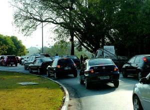 Nos horários de pico da manhã e da tarde, há um grande fluxo de trânsito em alguns pontos do campus da capital. Parte desse fluxo provém de motoristas sem vínculo com a USP