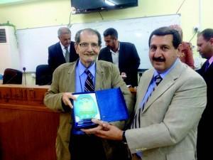 Professor recebendo diploma, em 2012, após proferir a palestra de abertura no Congresso Nacional Iraquiano de Física na Universidade de Babil-Iraq