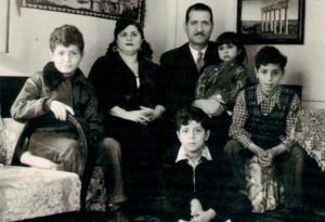 Hussein com a família em Bagdá, no ano de 1952. O físico (o primeiro da esquerda para a direita) deixaria o Iraque em 1966, para completar sua formação no MIT