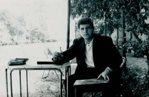 Hussein estudando nos jardins da Universidade de Bagdá, em 1962. O professor se graduaria em 1965, ganhando o título de Primeiro Graduado na área de Ciências