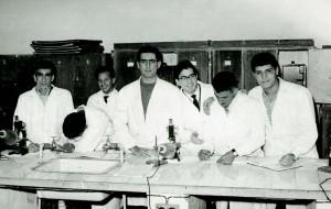 Hussein (primeiro à direita) com colegas em seu primeiro ano da Graduação em Bagdá