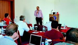 Atualmente, além de trabalhar em projetos de pesquisa com seus colaboradores, Hussein também ministra palestras no Brasil e no exterior. Na imagem, o físico se apresenta durante congresso internacional em Antália-Turquia, realizado em setembro de 2014